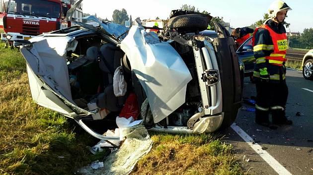 Vážná nehoda tří aut mezi Droždínem a Samotiškami na Olomoucku, 21. 8. 2020