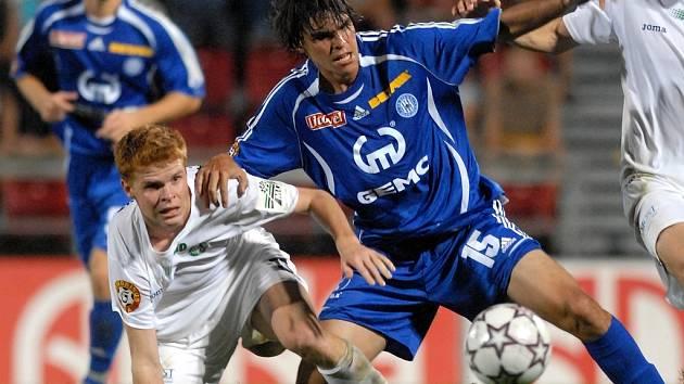 Brazilec Bueno bojuje o míč.