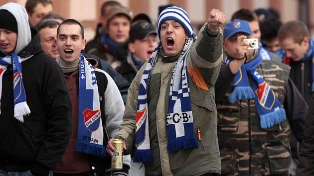 Fanoušci Baníku táhnou za asistence policie na zápas.