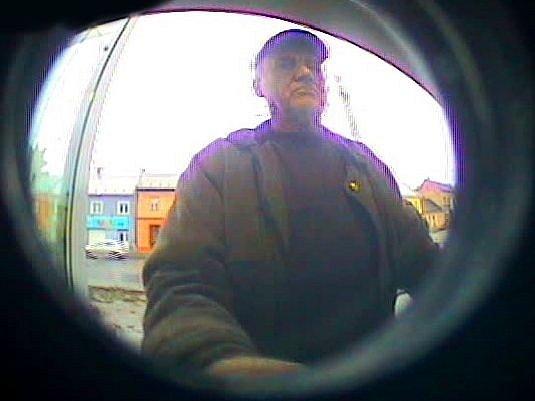 Tento muž měl na kradenou platební kartu začátkem prosince loňského roku v bankomatu v Hodolanské ulici v Olomouci vybrat celkem 71 tisíc korun. Policie po něm pátrá.