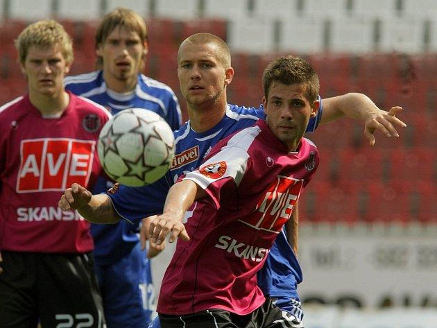 Heidenreich (uprostřed) bojuje o míč.