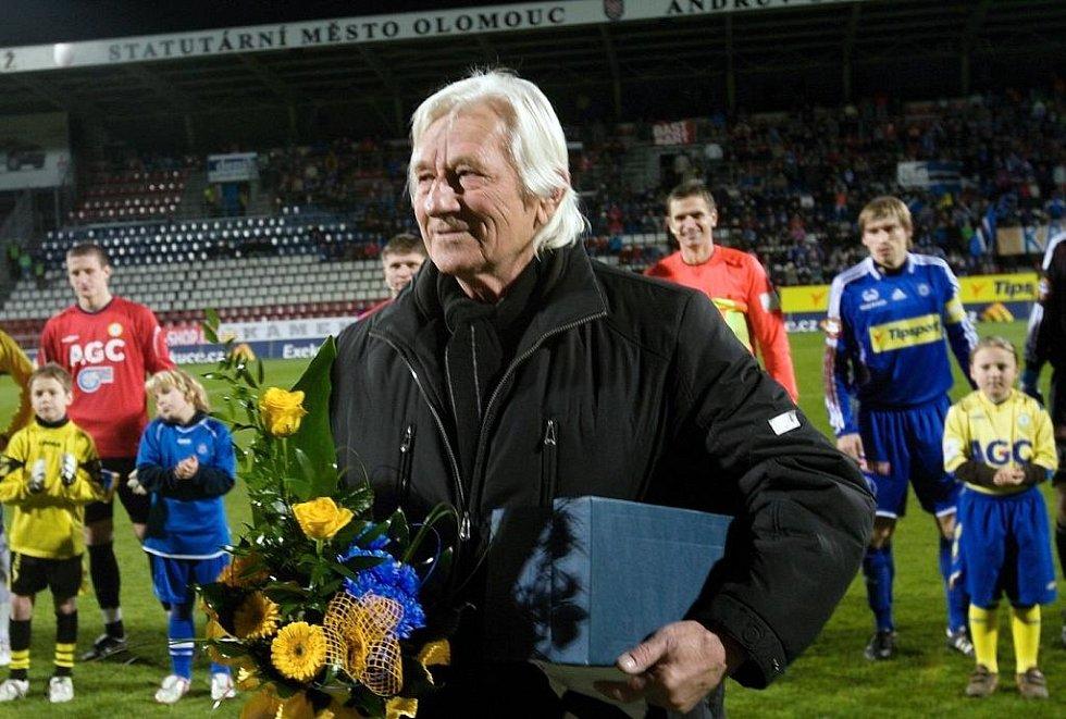 Sigmácká i česká trenérská legenda Karel Brückner na Andrově stadionu při gratulaci k sedmdesátinám v listopadu 2009