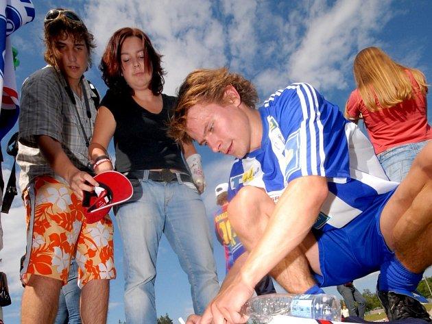 Útočník New York Rangers Petr Průcha rozdává autogramy po exhibičním fotbalovém utkání Jágr Teamu v Litomyšli.