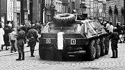 Srpen 1968. Sovětští vojáci před poštou na Horním náměstí v Olomouci