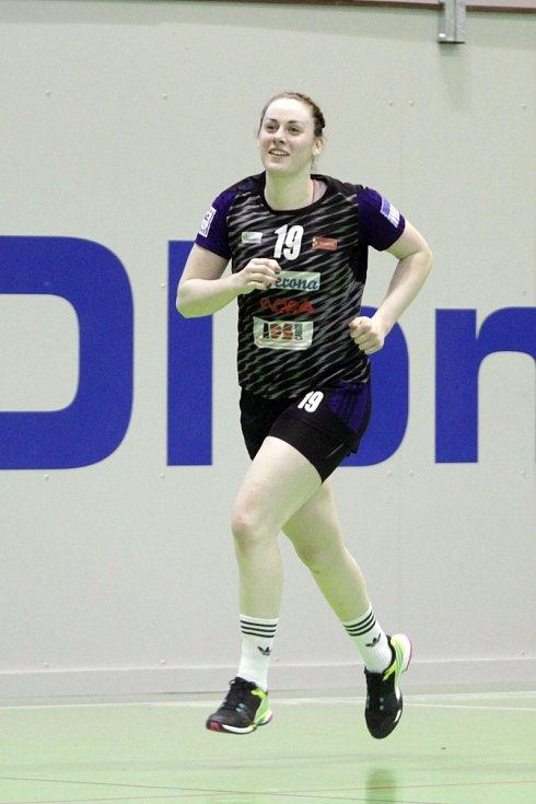 Olomoucké házenkářky (v černém) porazily v prvním utkání série o bronz Porubu 26:21. Tatiana Gajdošíková