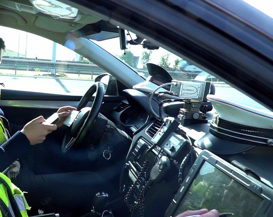Policisté při kontrolních akcích využívají kamery nainstalované ve vozidlech.