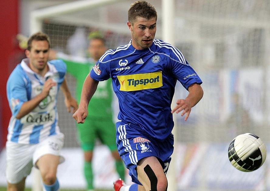 Pavel Šultes sprintuje za míčem