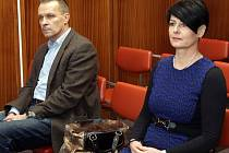 Jan Dostál a Hana Kaštilová Tesařová u Okresního soudu v Olomouci