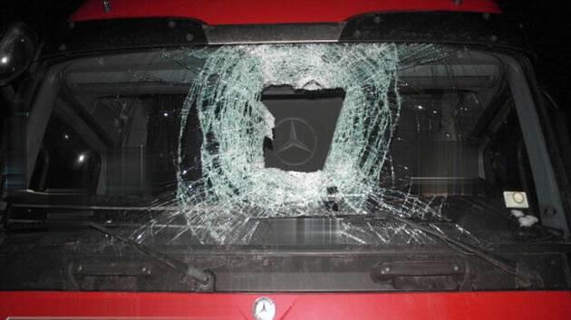 Následky útoku dřevěnými špalky z mostu nad D1 u Hranic