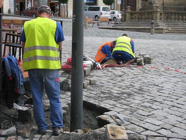 Polovina července 2014.Přesun lamp na Dolním náměstí