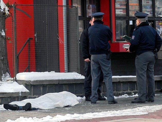 Před bránou fakultní nemocnice v Olomouci zemřel v lednu 2007 bezdomovec.