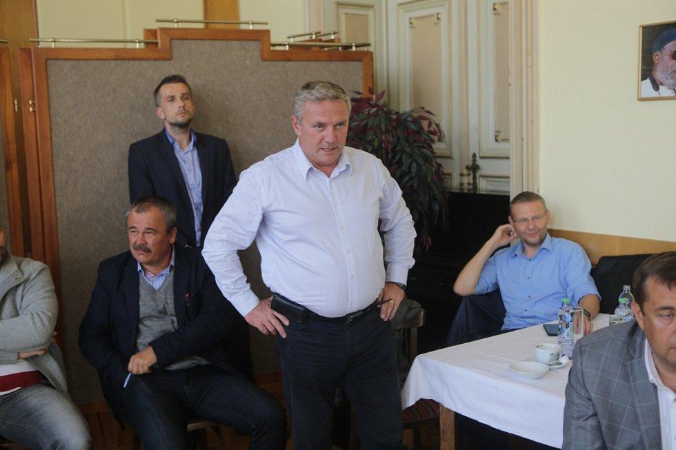 Bývalý ministr dopravy Antonín Prachař na debatě s lídry politických stran v Městském domě v Přerově