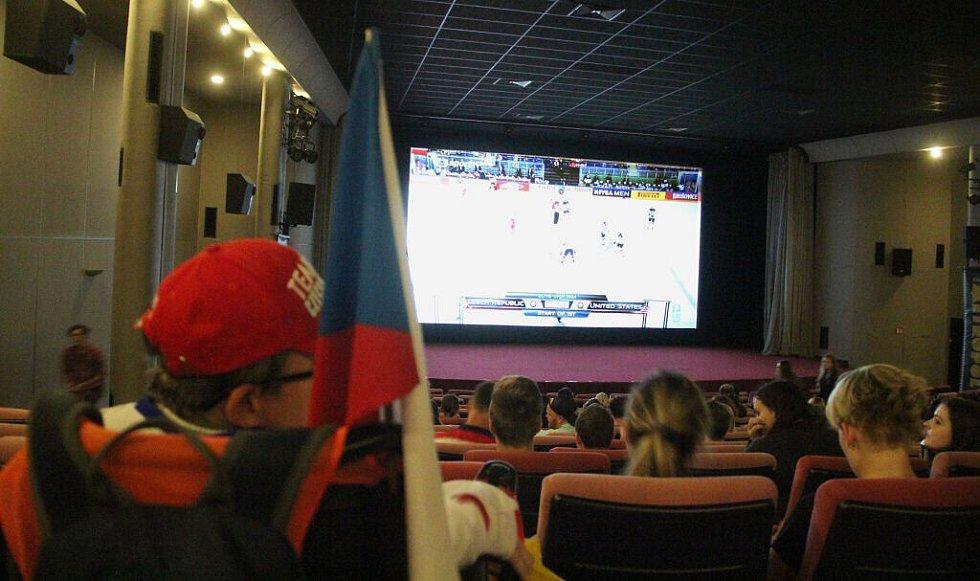 Fandění v kině Metropol. Čtvrtfinále hokejového MS 2016 mezi Českem a USA 2016