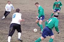 Fotbalisté Holice mají míč.