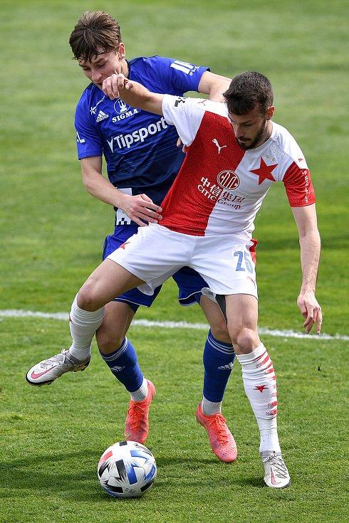 Čtvrtfinále českého fotbalového poháru MOL Cup: SK Sigma Olomouc - SK Slavia Praha 28. dubna 2021 v Olomouci. (vpravo) Jakub Hromada ze Slavie.