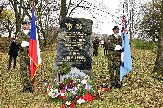 Pieta u pomníku posádky zříceného vrtulníku ve Slatinicích na Olomoucku