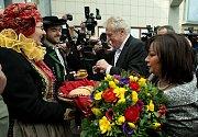 Miloše Zemana s chotí přivítali před sídlem krajského úřadu v Olomouci chlebem a solí