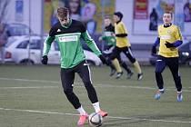 Fotbalisté Uničova (v zeleném) v přípravě proti Novým Sadům