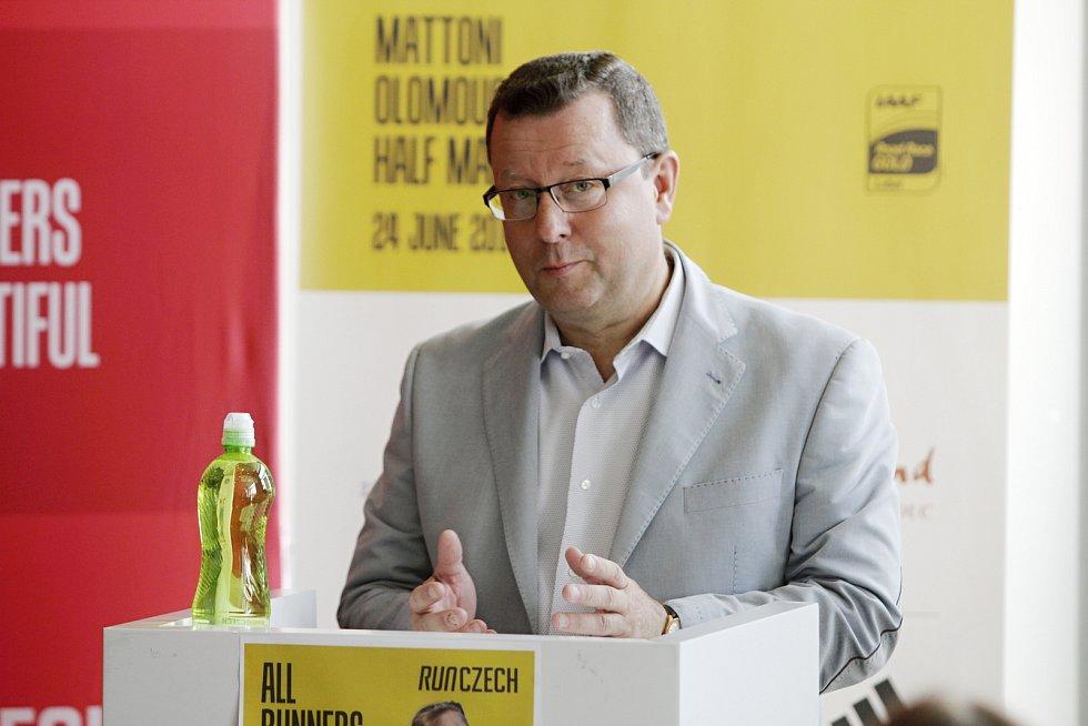 Tisková konference před startem olomouckého půlmaratonu 2017.  Antonín Staněk, primátor města Olomouce