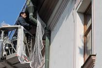 Instalace ochranné sítě kolem římsy olomoucké radnice