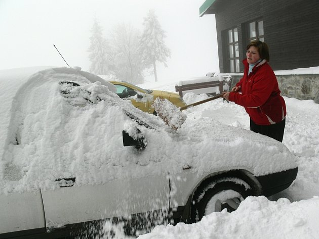 Auta byla pod sněhem, muselo se shrnovat.