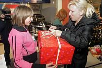 Předávání dárků ze Stromu splněných přání v olomoucké Veteran Areně