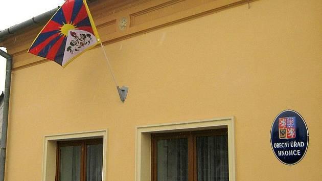 Tibetská vlajka nad radnicí v Hnojicích