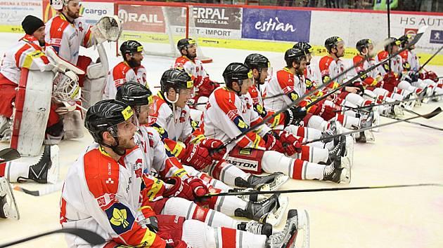 Olomoučtí hokejisté po skončení zápasu v Budějovicích čekali až bude dobojováno i v Chomutově. Dočkali se příznivých zpráv a oslavy mohly vypuknout.
