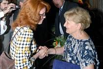 Gratulace přijímá Libuše Babková. Při předávání Cen města Olomouce zaskočila za svého muže Václava, kterého cestou na ceremoniál postihla srdeční příhoda.