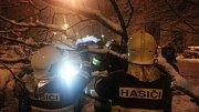 Zásah hasičů v Olomouci na ulici Rožňavská po pádu větví na zaparkovaná auta