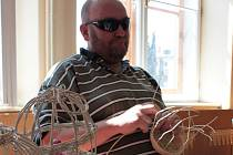 Pan Jaroslav Knejp z Prostějova se košíkaření věnuje dva roky. Své výrobky i zručnost přijel ukázat do Olomouce na první jarmark neziskových organizací, které hostilo Centrum Fontána v Edelmannově paláci v sobotu.