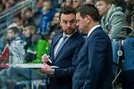Bílí Tygři Liberec proti HC Olomouc. Zleva trenér Filip Pešán a Karel Mlejnek.