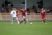 Fotbalisté Uničova porazili 1. HFK Olomouc (v bílém) 3:1. Aleš Krč (u míče)