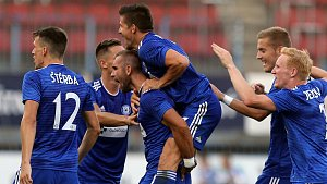 Hráči Sigmy se radují po gólu do sítě Kajratu Almaty v prvním zápase na Andrově stadionu. Jakub Plšek druhý zprava