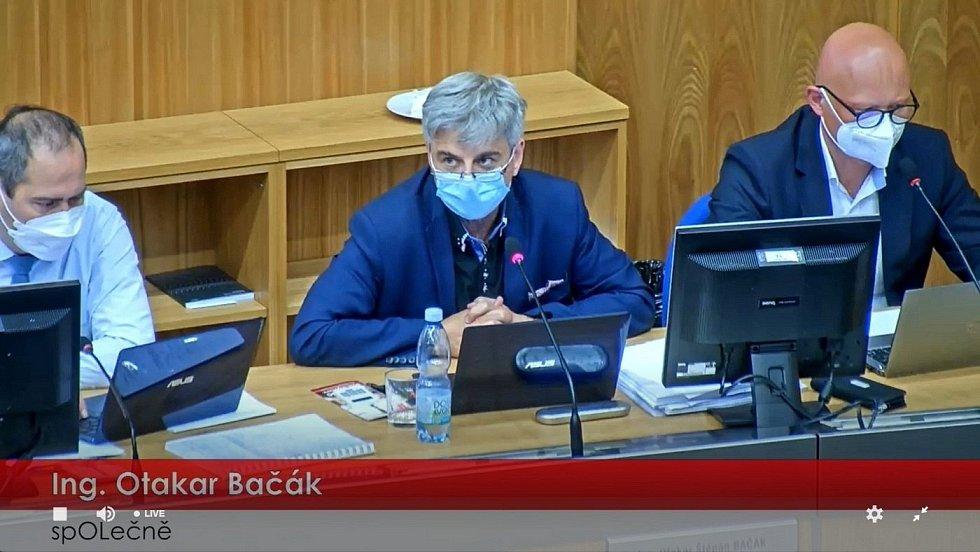 Ekonomický náměstek olomouckého primátora Otakar Bačák. Záběr z přímého přenosu zasedání olomouckého zastupitelstva, které mimo jiné jednalo o zvýšení daně z nemovitosti, 6. září 2021