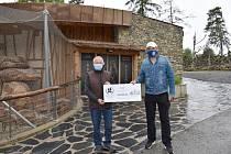 Gymnázium Čajkovského podpořilo částkou 45 000 Kč olomouckou zoo.
