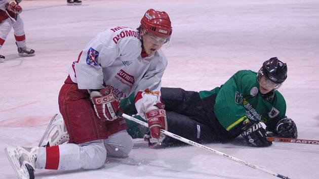 Útočník HC Olomouc Matouš Venkrbec (vlevo) bojuje o kotouč