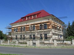 Nové bydlení pro seniory chystají v Újezdu na Olomoucku. Několik malometrážních bytů vyroste v někdejší české škole. Nový domov by tam měli najít především místní, kterým už je více než šedesát let.