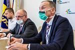 Hejtman Ladislav Okleštěk (uprostřed) jednal se zástupci nemocnic o nonstop pohotovosti vuzavřené zóně. Na snímku vpravo ředitel Fakultní nemocnice Olomouc Roman Havlík.