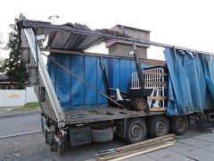 Škodou za 200 tisíc korun na návěsu kamionu skončila v pondělí v osm hodin večer nehoda jednačtyřicetiletého řidiče v ulici U Podjezdu v Olomouci.