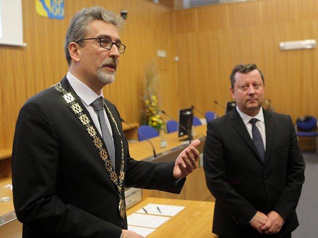 Nový olomoucký primátor Miroslav Žbánek (vlevo) a jeho předchůdce Antonín Staněk
