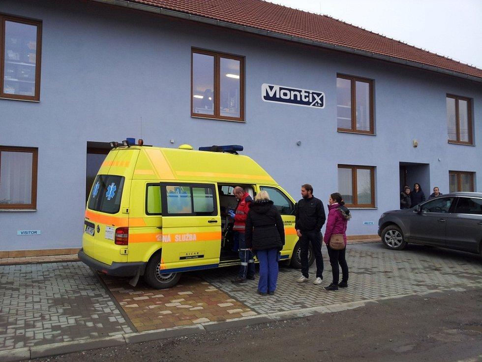 Zásah zdravotníků u otravy lidí plynem ve firmě Montix v Horce nad Moravou