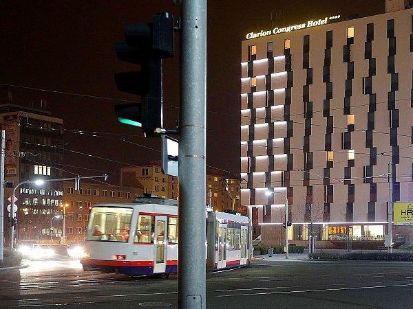 Jedna zkřižovatek mezi olomouckým hlavním nádražím a hotelem Clarion.
