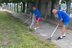 Do čištění chodníků v Tovární ulici se zapojili klienti střediska Samaritán, které provozuje olomoucká charita