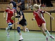 Zora (v tmavém) prohrála se Slavií první zápas o bronz 27:28. Kristýna Salčáková