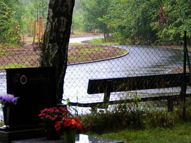 Nová asfaltová cesta ke hřbitovu v Chomoutově