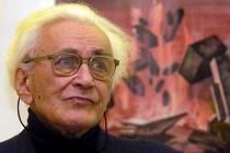 Významný český scénograf Oldřich Šimáček při otevření galerie nesoucí jeho jméno ve foyer Moravského divadla v roce 2005.
