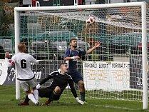 Luboš Horka kuriózně skóroval z penalty. HFK porazil Slavičín 2:0.