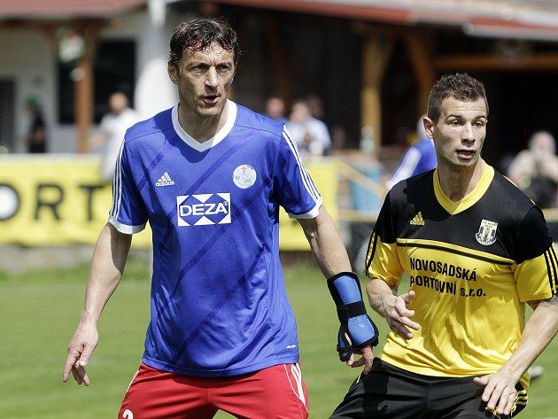 Michal Kovář (vlevo) jako hrající kouč Valašského Meziříčí v divizním zápase s Novými Sady