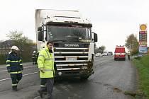 Havárie nezabržděného kamionu u benzinky v Hranicích.